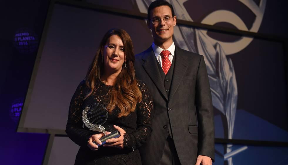 La ganadora del premio Planeta Dolores Redondo (i), junto al finalista Marcos Chicot (d).