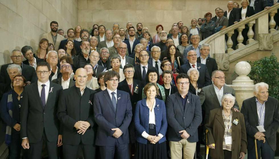 Familiares y víctimas del franquismo posan con los diputados tras la votación.