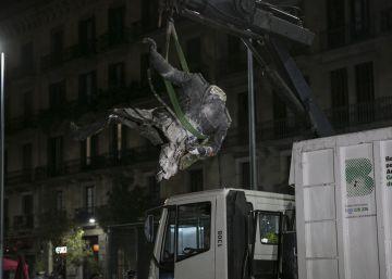 Derribada la estatua de Franco colocada ante el Born de Barcelona
