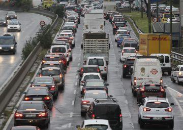 La lluvia y dos accidentes complican la mañana en Madrid