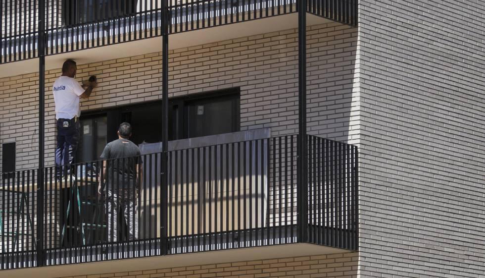 Colau compra 446 pisos para destinarlos a emergencias sociales catalu a el pa s - Pisos compra ...