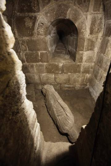 Escultura del supuesto profeta en el lugar en el que se encontró dentro de la torre.