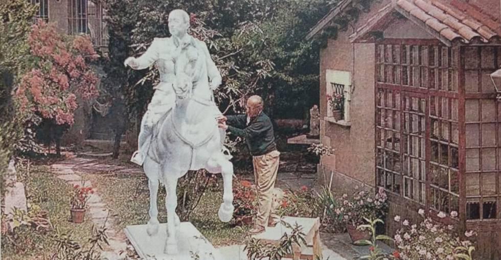 Viladomat acabando la escultura ecuestre antes de llevarla a la fundición en una imagen que puede verse en la exposición del Born.