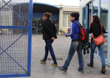 Los internos del CIE de Zona Franca abandonan la huelga de hambre