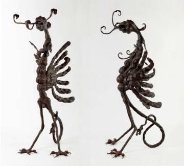 Dos vistas de la pieza de hierro en forma de dragón o ave que se subasta el próximo día 2.
