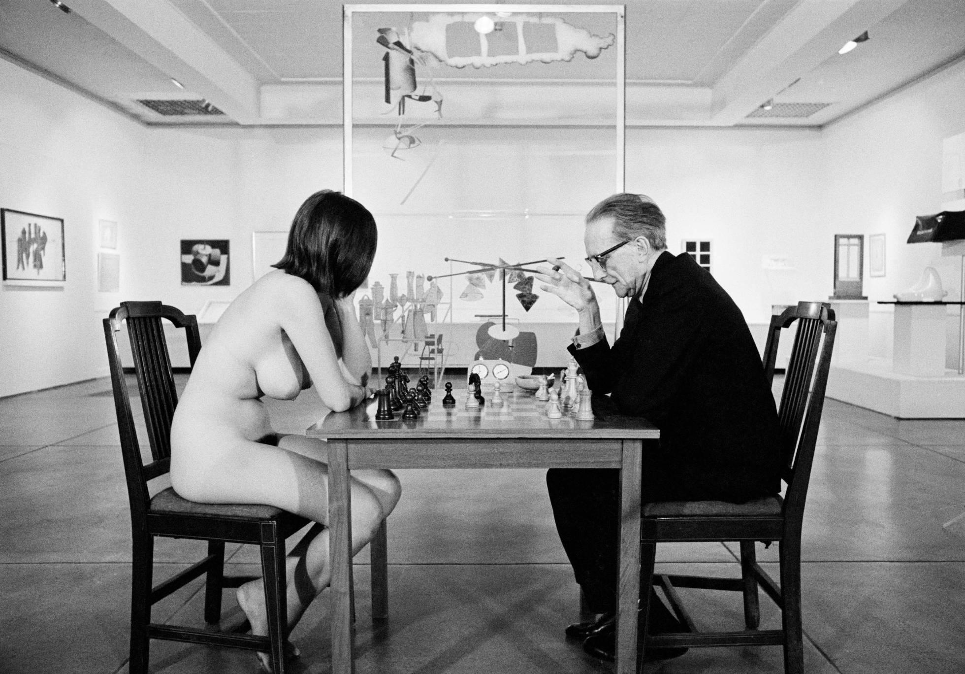Marcel Duchamp jugando al ajedrez en el Pasadena Museum en 1963. ARXIU PERE VEHÍ, CADAQUÉS