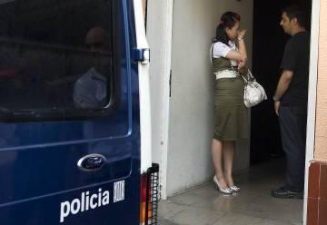 Un agente habla con una mujer china durante la intervención policial de Mataró en 2009.
