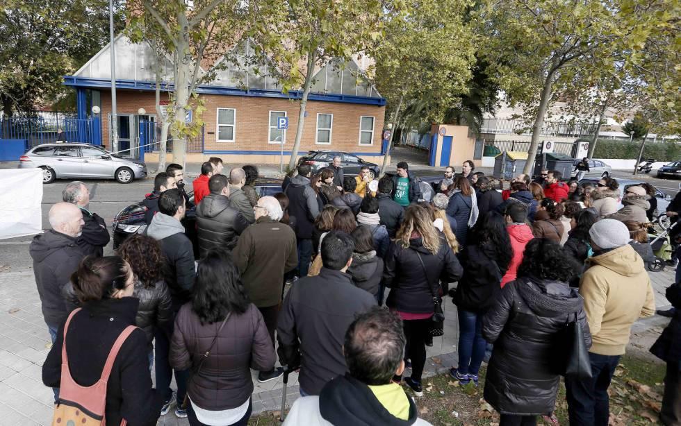 Unas 75 personas se manifiestan en legan s por un colegio for Gimnasio leganes