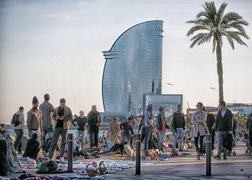 El 'Top Manta' se instala en las playas de la Barceloneta