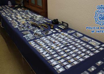 La policía expone más de 1.000 joyas de pisos robados
