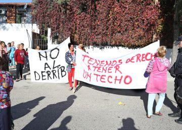 Vecinos de la Cañada Real levantan una barricada para evitar el derribo de sus casas