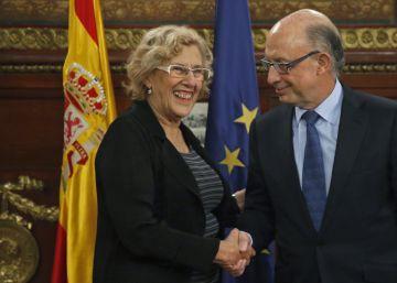 Carmena cede ante Montoro y modificará su plan económico para ajustarlo a la ley