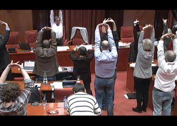 Los diputados catalanes hacen gimnasia en el Parlament