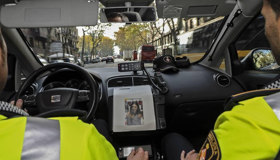 Una patrulla de la Guardia Urbana con la foto de Martina, distribuida por los Mossos.