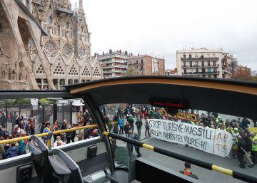 Activistas paralizan el bus turístico en una protesta contra el modelo de negocio