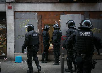 Los Mossos desalojan el Banc Expropiat cinco horas después de la reokupación