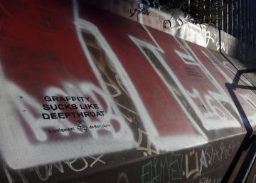 La Barceloneta amanece con pintadas alabando el 'sexo oral del grafiti'