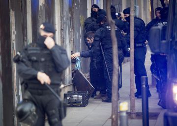 Los Mossos desalojan a la que persona que seguía dentro del Banco Expropiado