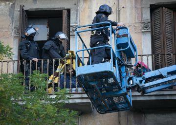 La Urbana desaloja un edificio de Sants donde vivían cinco chatarreros