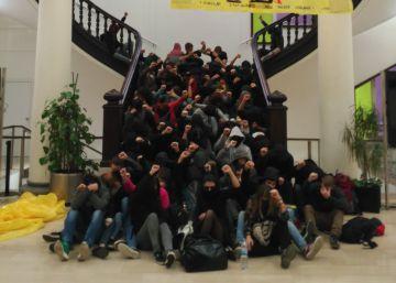 Els Mossos desallotgen mig centenar d'estudiants que ocupaven la Secretaria d'Universitats a Barcelona
