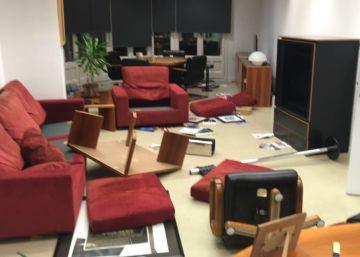 Los Mossos desalojan a los estudiantes encerrados en la secretaría de Universidades en Barcelona