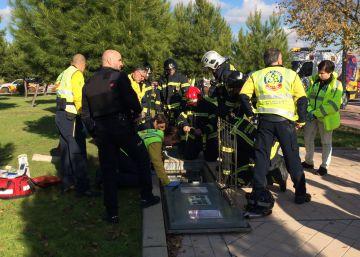 Un obrero muere en una galería de Vallecas tras caerle un portón en la cabeza