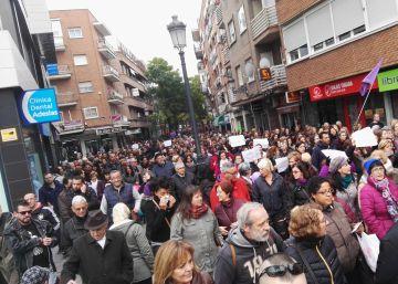 Manifestación contra el alcalde de Alcorcón, David Pérez, a su paso por la calle Mayor.