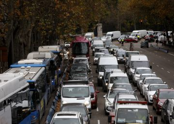 Fuertes retenciones en el primer día laborable con cortes de tráfico en el centro