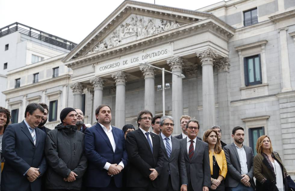 Autoridades y políticos catalanes delante del Congreso.