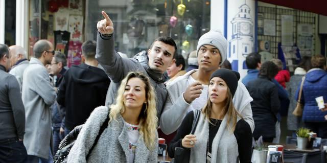 Un grupo de turistas en el centro de Valencia.