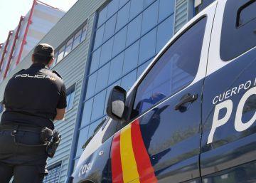 La policía rescata a una mujer de una vivienda en llamas en Alzira