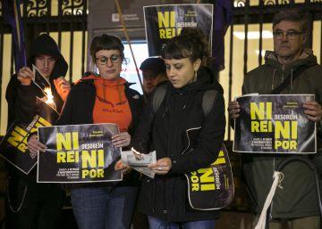 Crisis entre JxSí y la CUP tras las detenciones por quemar fotos del Rey