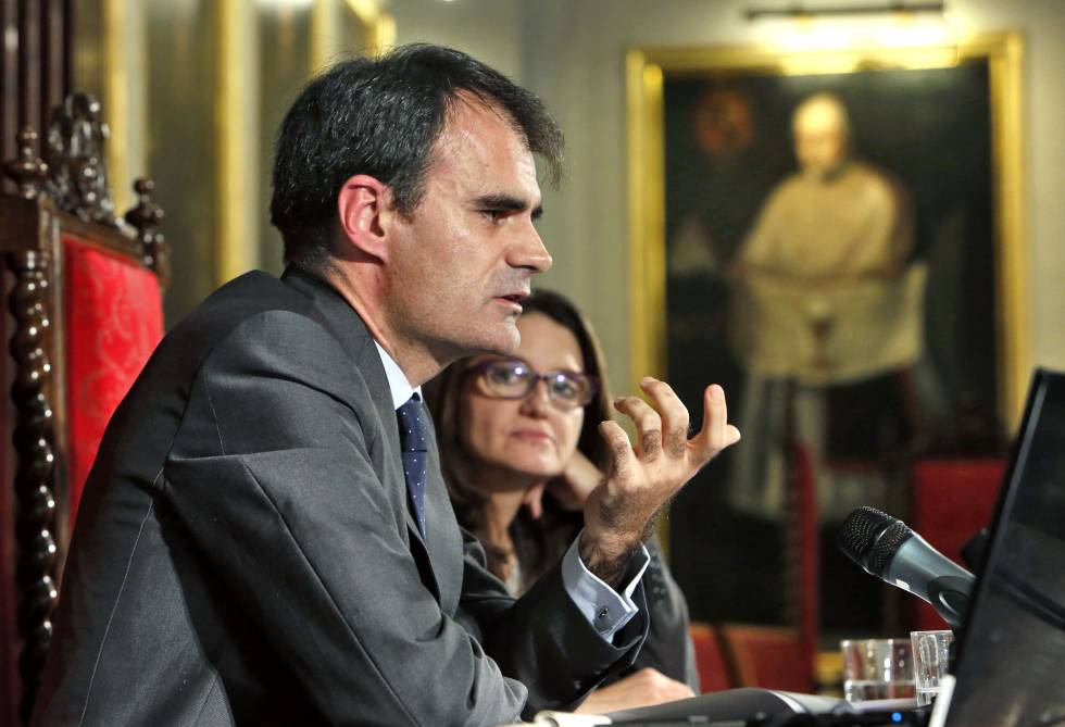 El juez Pablo Ruz con la vicepresidenta valenciana, Mónica Oltra.