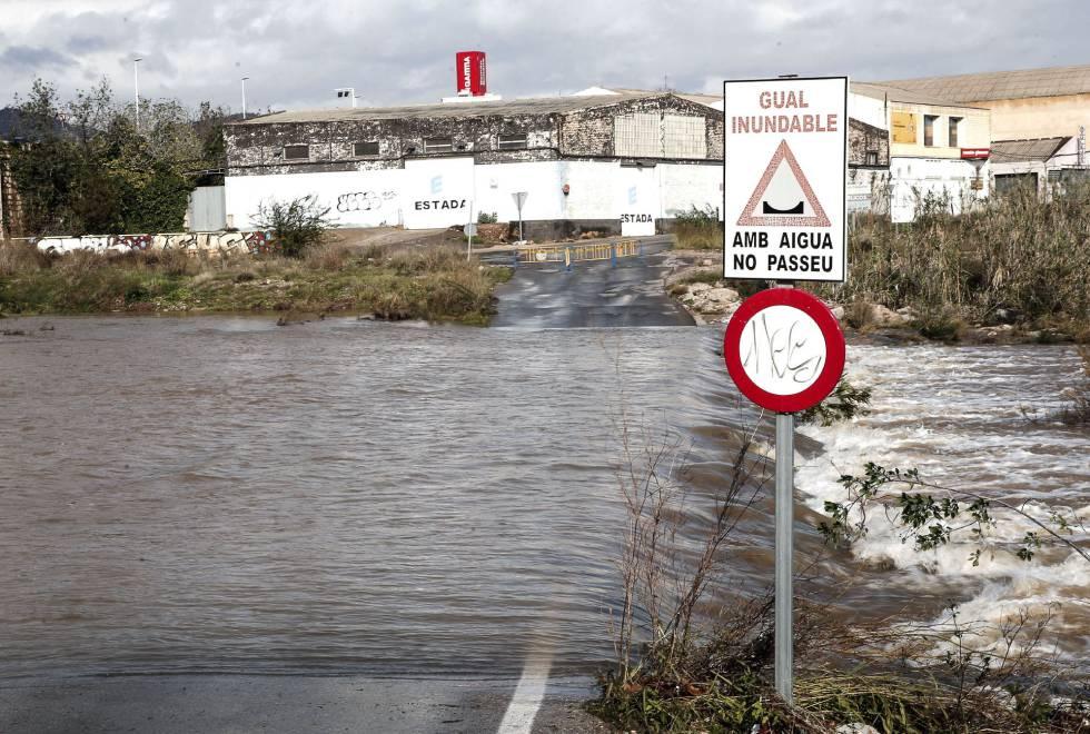 Una carretera inundada en Sagunto por las fuertes lluvias.