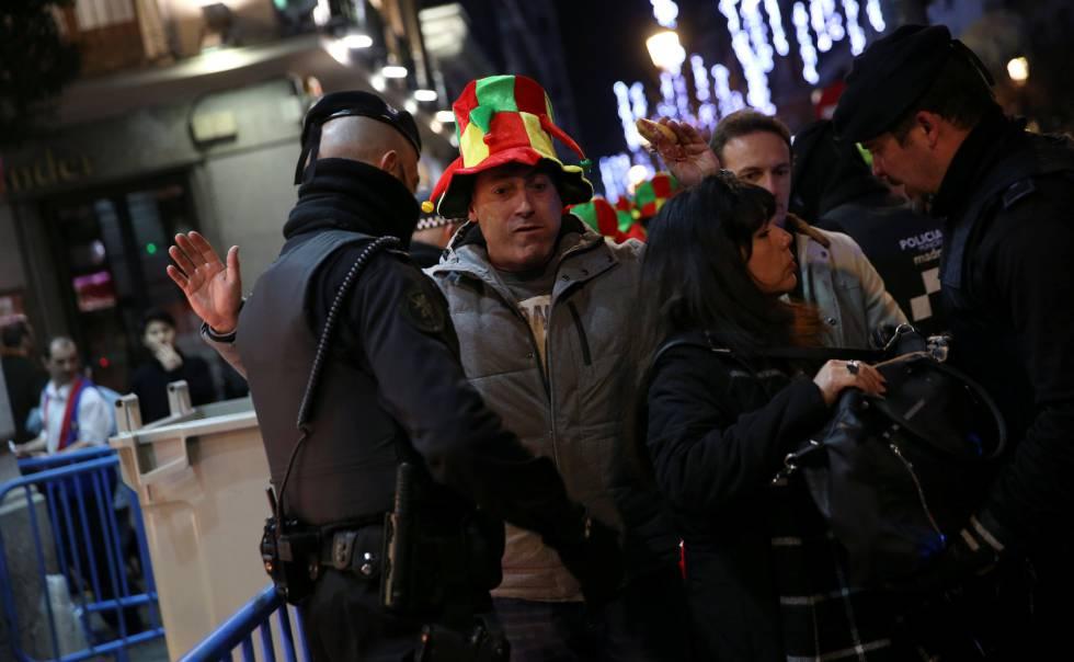 Control policial para acceder anoche a la Puerta del Sol.