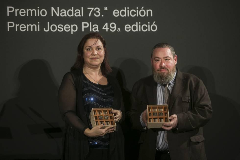 Care Santos, ganadora del Premio Nadal, y Xavier Theros, ganador del Premi Josep Pla