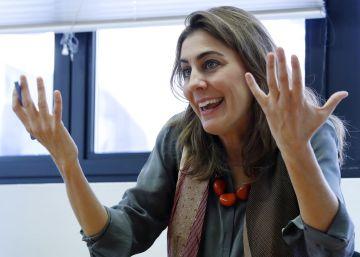 La nueva portavoz de Podemos se estrena en la Asamblea con su antecesor relegado a última fila