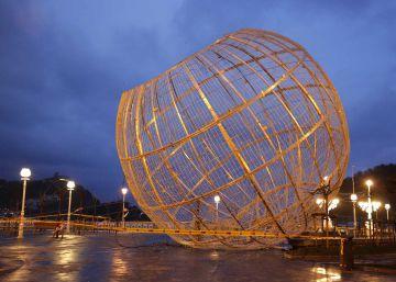 El fuerte viento arrastra la bola de luces navideña de La Concha