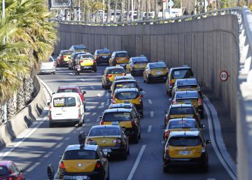 Una marcha de taxistas provoca retenciones en las rondas de Barcelona