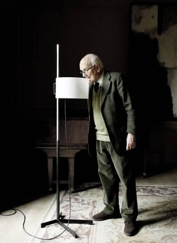 Miguel Milà bromea junto a una de sus lámparas TMC.