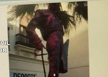 Cuatro detenidos por pintar de rosa una estatua del torero Enrique Ponce