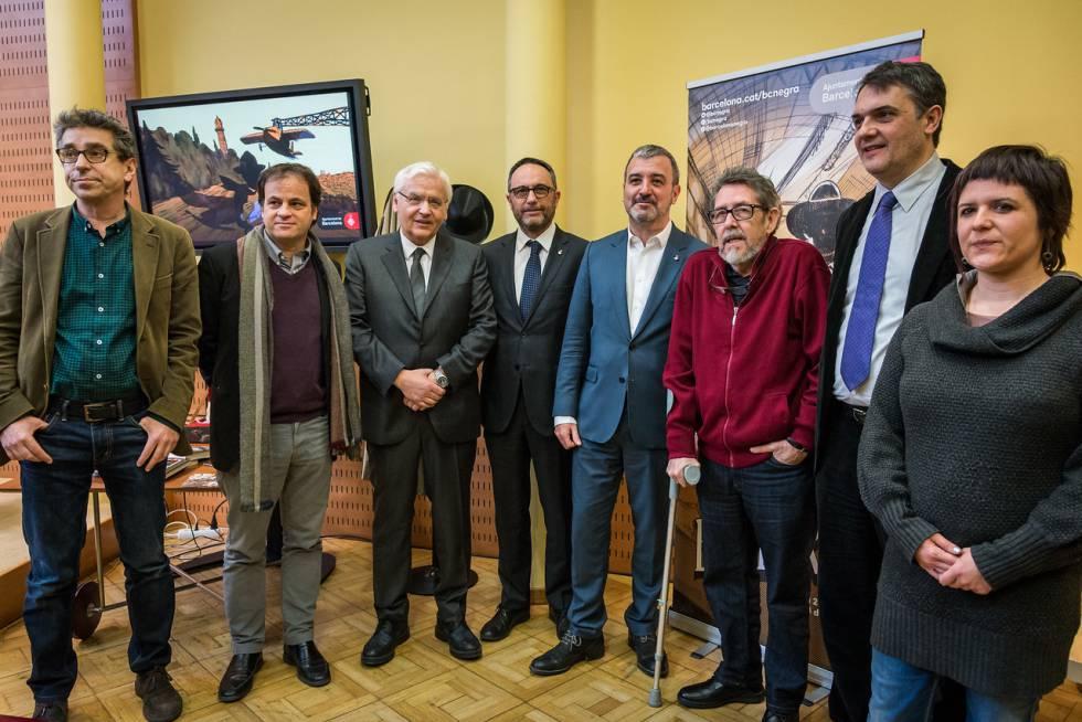 Paco Camarasa, con suéter rojo, con los seis concejales de Cultura del Consistorio y la actual regidora del distrito de Cciutat Vella, Gala Pin.