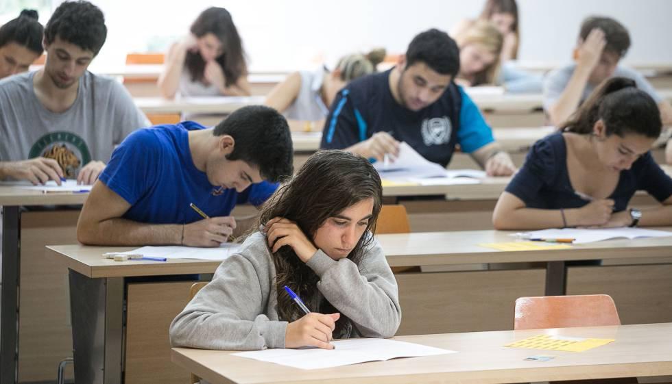 Alumnos de bachillerato se someten al examen de catalán de selectividad en 2015