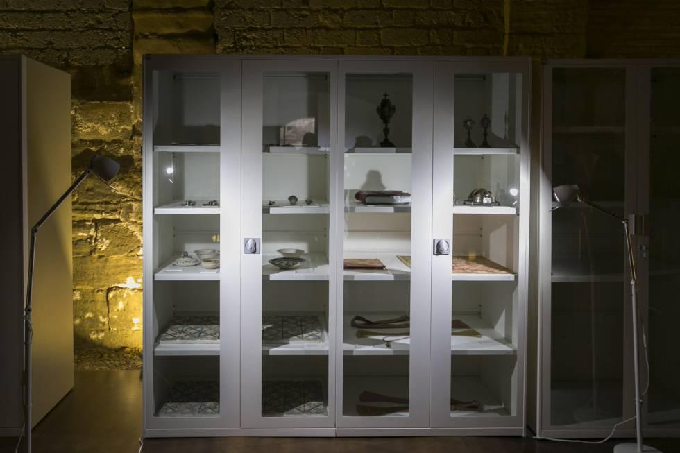 Las estanterías donde se expone parte de las piezas entregadas por Cataluña en Sijena.