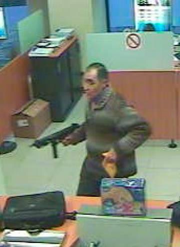 El atracador durante un robo en un banco en 2009, con el subfusil Z-70.