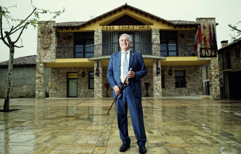 Carlos Rivera, ante el Ayuntamiento de Torremocha de Jarama.