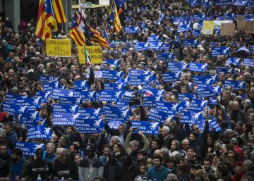 Thousands march in Barcelona in support of refugees