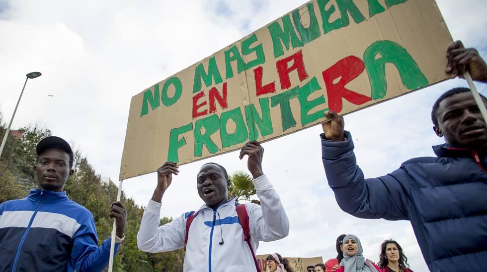 Manifestantes en Ceuta recuerdan a los fallecidos en Tarajal este febrero.
