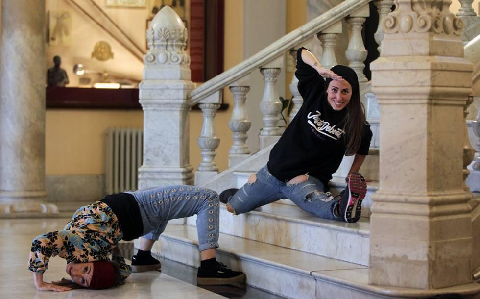 Karol Galindo y Lydia Rodríguez bailan hip hop en Bilbao.