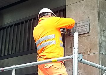 Barcelona starts taking down plaques from Franco-era buildings